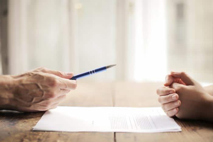 Familienrecht ein Paar unterschreibt ein Dokument